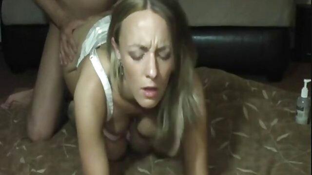 La tía Larisa chupa al amigo de sexo casero real su hijo